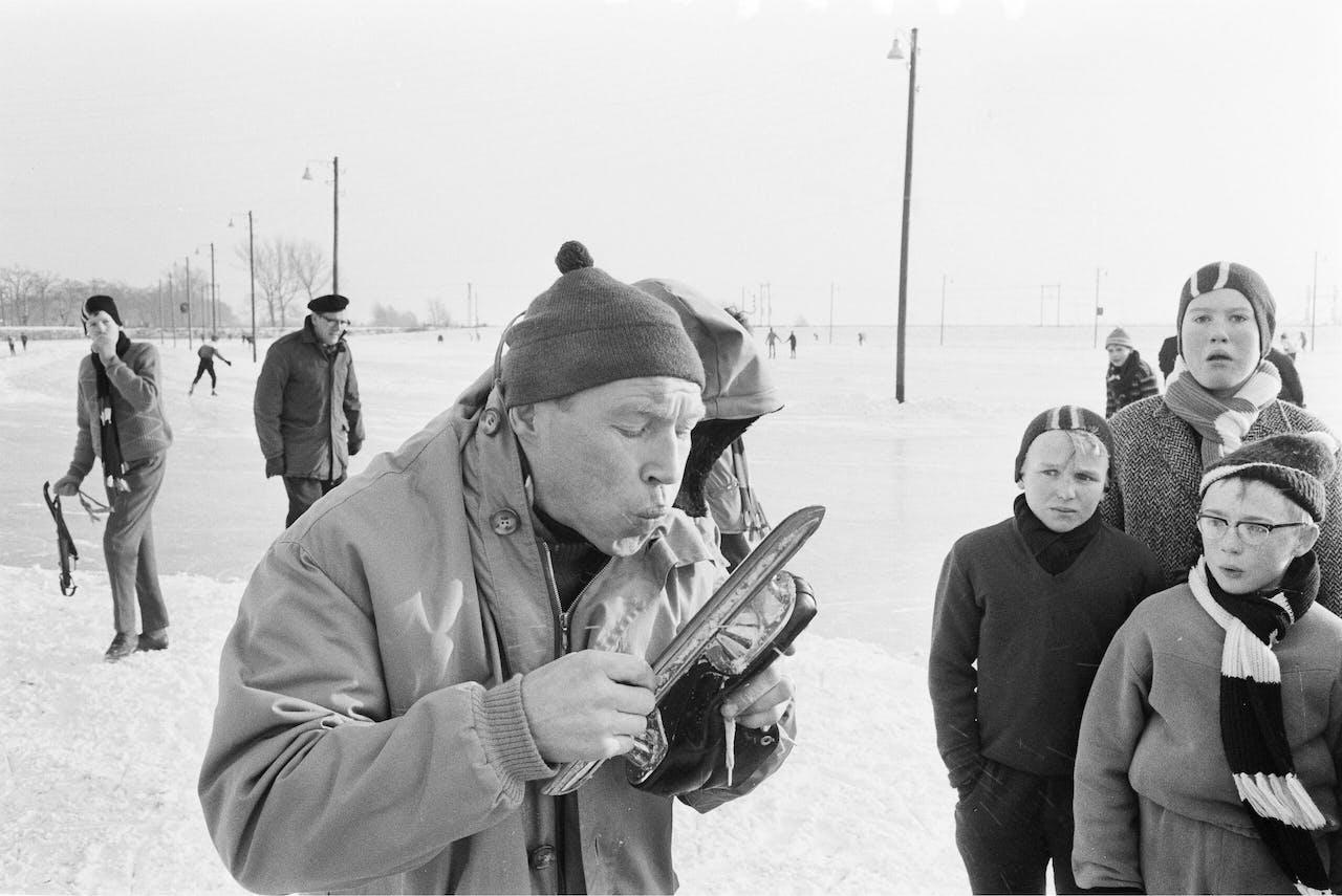 Reinier Paping, winnaar van de barre Elfstedentocht van 1963