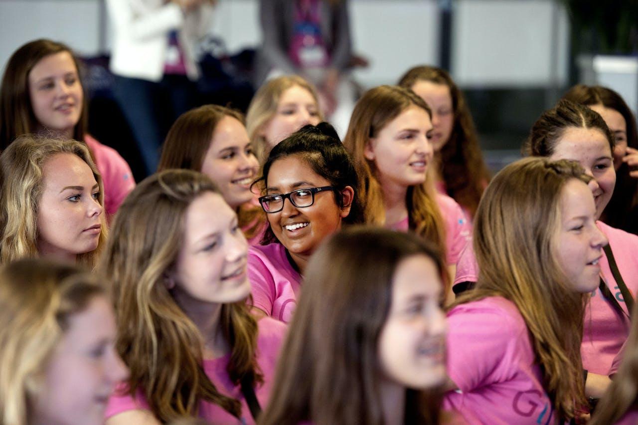 AMSTERDAM - Aandachtige meiden luisteren aandachtig naar een presentatie tijdens de Girlsday. Op deze dag openen bedrijven hun deuren om jonge meisjes kennis te laten maken met betawetenschappen, techniek en ICT. ANP OLAF KRAAK