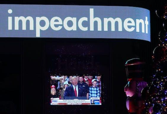 Donald Trump haalt woedend uit richting de Democraten op een rally, vlak nadat impeachment officieel een feit is geworden.