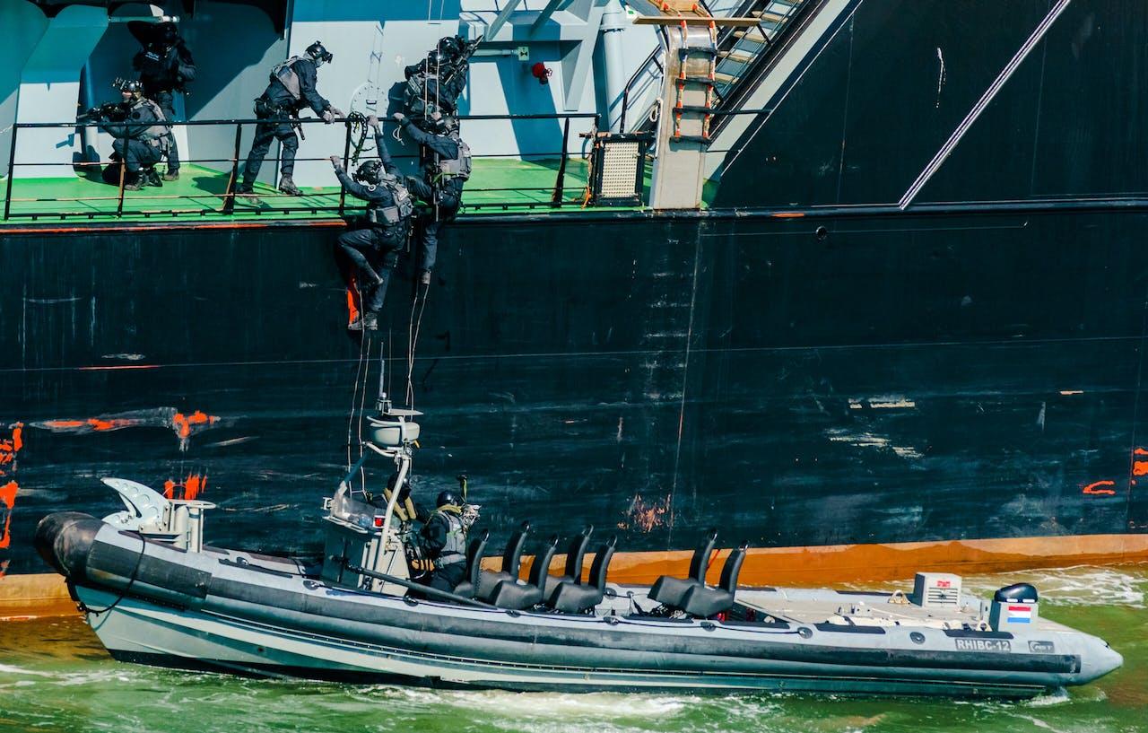 Demonstratie in de haven van Rotterdam