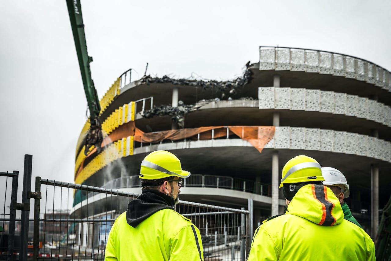 Sloopwerkzaamheden bij de parkeergarage bij Eindhoven Airport. Het in mei ingestorte gebouw wordt door bouwonderneming BAM stapsgewijs ontmanteld.