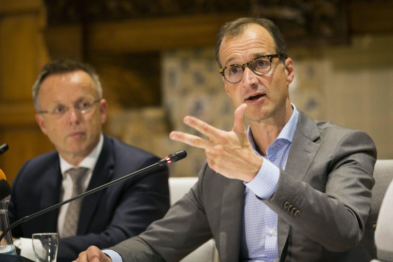 Minister Eric Wiebes (Economische Zaken en Klimaat) in het Provinciehuis in Groningen en CdK Rene Paas (L) na het gesprek met provincie en bestuurders.