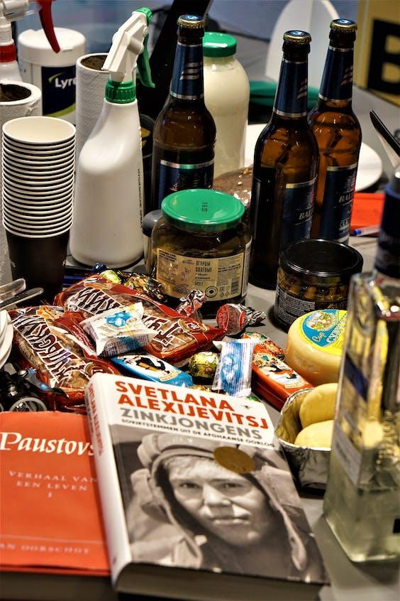 Drank, spijzen, literatuur en schoonmaakmiddelen.