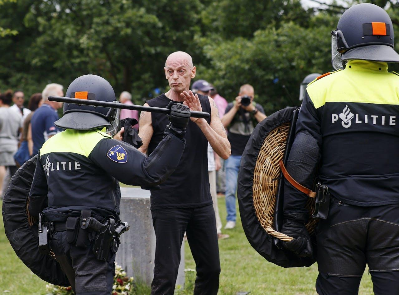 Demonstrant raakt slaags met ME in Den Haag