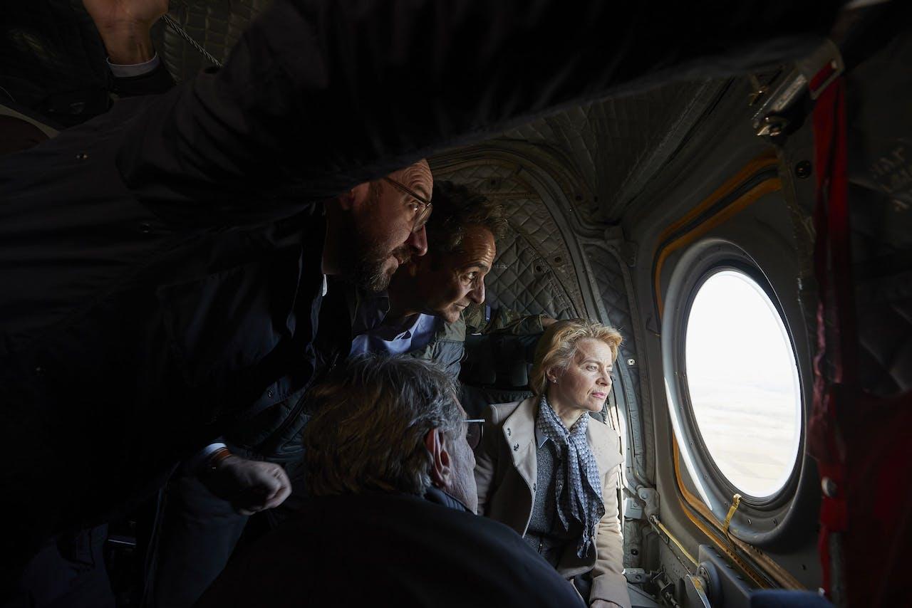 Vanuit een helikopter bekijken voorzitter van de Europese Raad Michel, Griekse premier Mitsotakis en de voorzitter van Europese Commissie Von der Leyen het grensgebied tussen Griekenland en Turkije.
