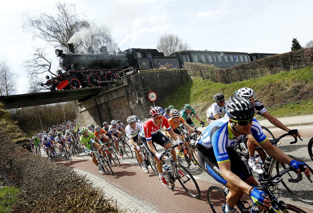 2013-04-14 14:10:32 VALKENBURG - Niki Terpstra (M) en het peloton tijdens de 48e editie van de wielerklassieker Amstel Gold Race. ANP BAS CZERWINSKI