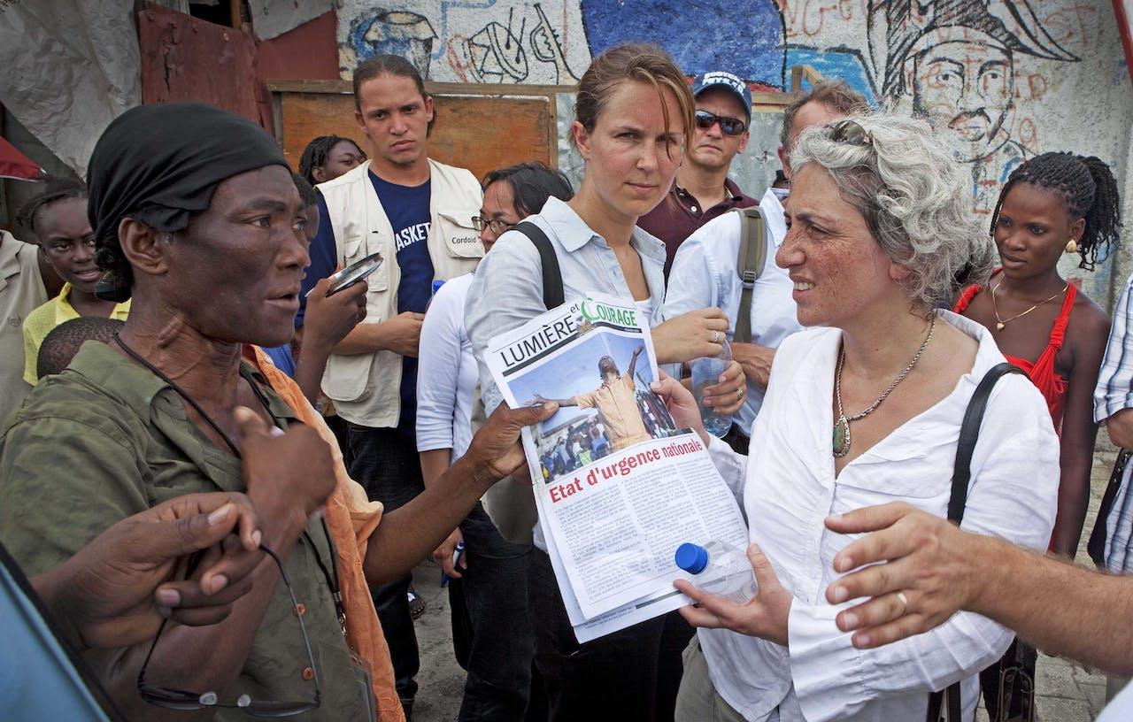 Directeur van Oxfam Nederland Farah Karimi (R) bezoekt een kamp in Port-Au-Prince (Haïti).