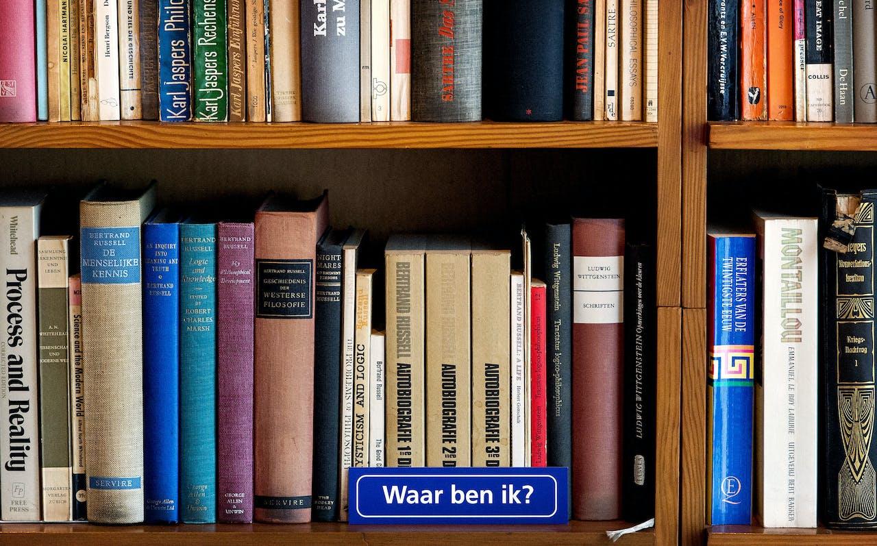 Boeken verzameld in een boekenkast.
