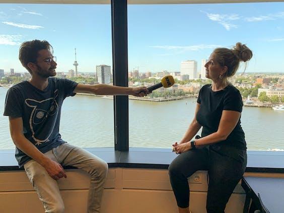 Verslaggever Connor Clerx in gesprek met Tanja Hijgemann van Havenbedrijf Rotterdam