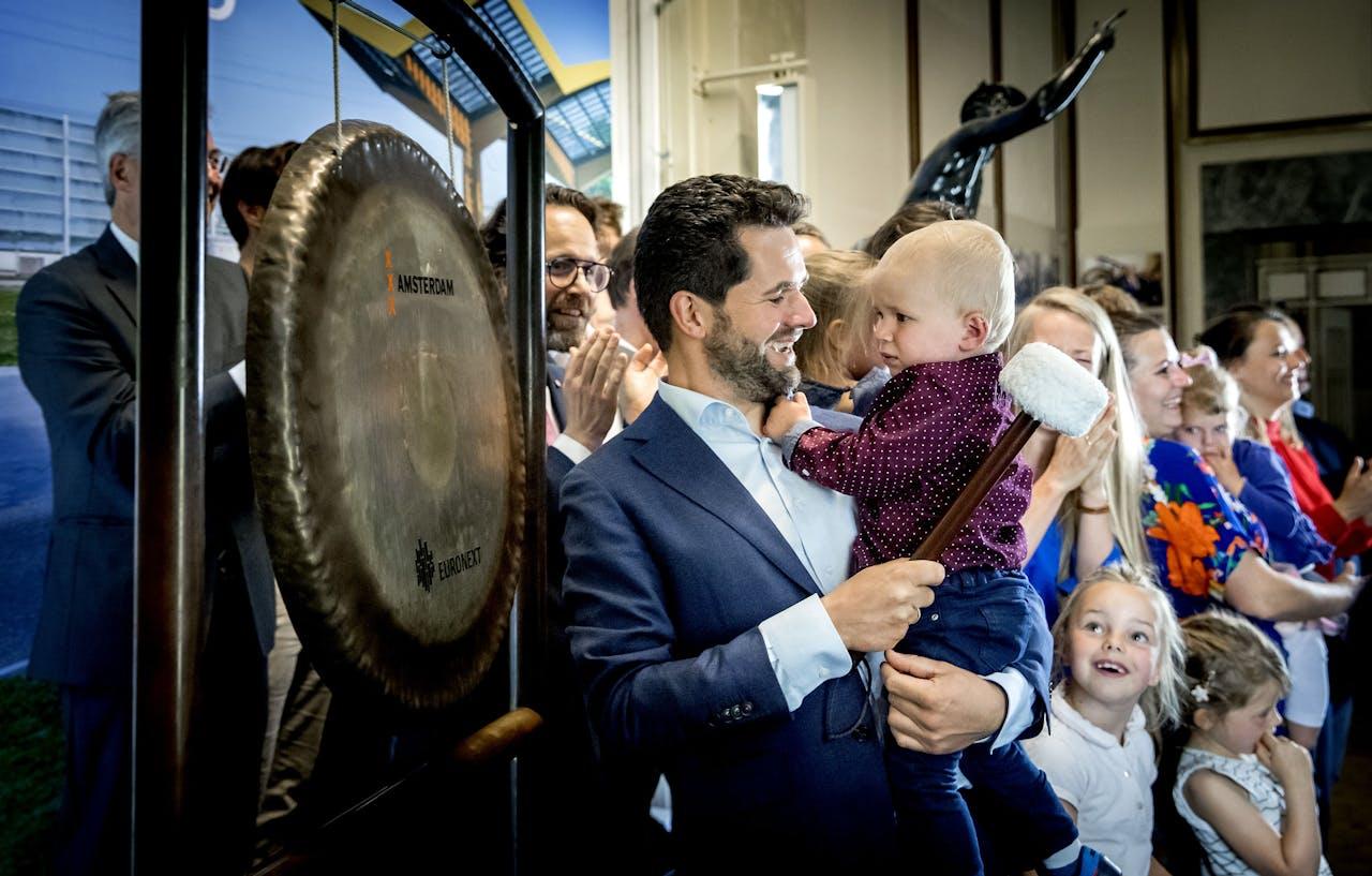 CEO Michiel Langezaal van Fastned luidt op 21 juni 2019 de gong op de Amsterdamse beurs.