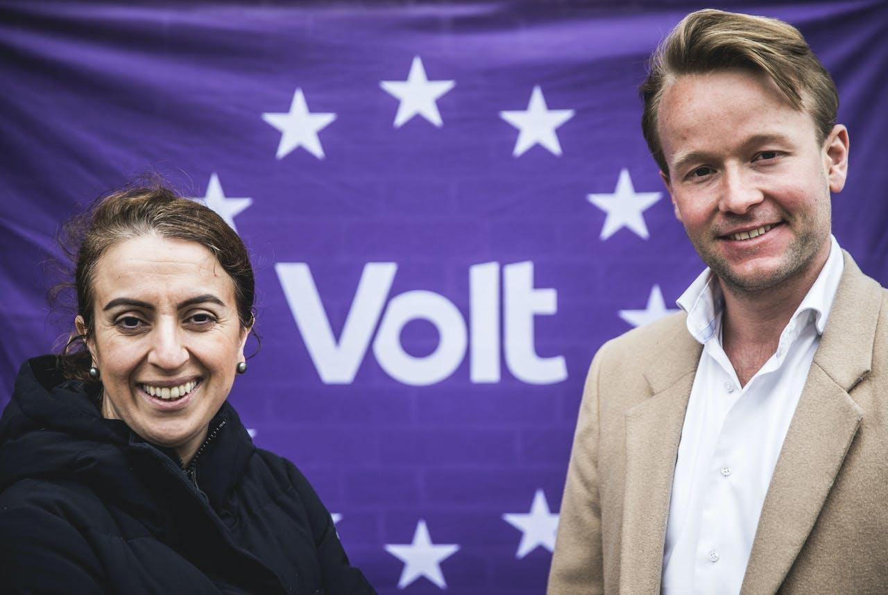 Nilufer Vogels (nummer 2, links) en Reinier van Lanschot (partijvoorzitter en lijsttrekker, rechts) van de nieuwe politieke partij Volt, een Europa-brede pro-Europese beweging.