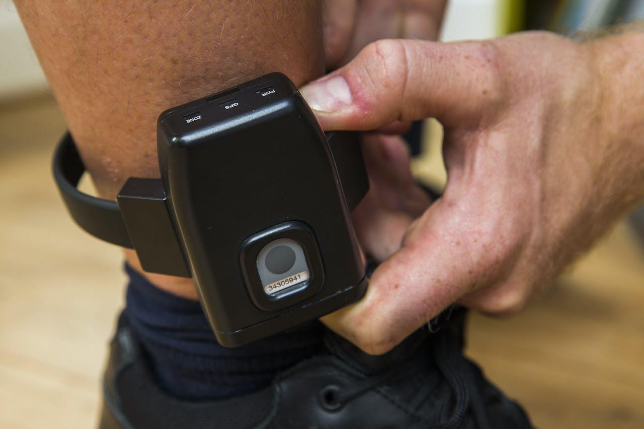 Illustratie van een enkelband met GPS.