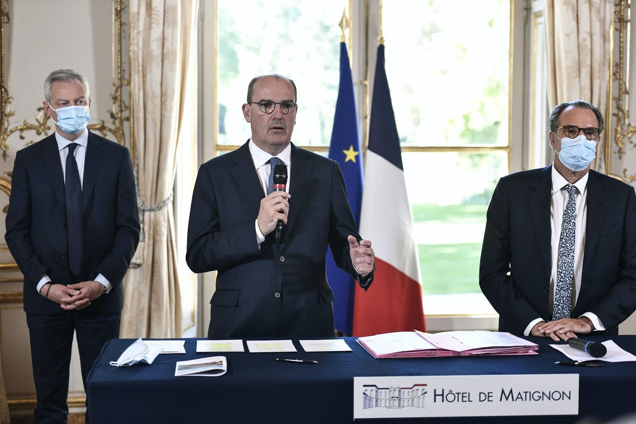De Franse premier Jean Castex (M), Minister van economie en financiën Bruno Le Maire (L) and regionaal president Renaud (R).