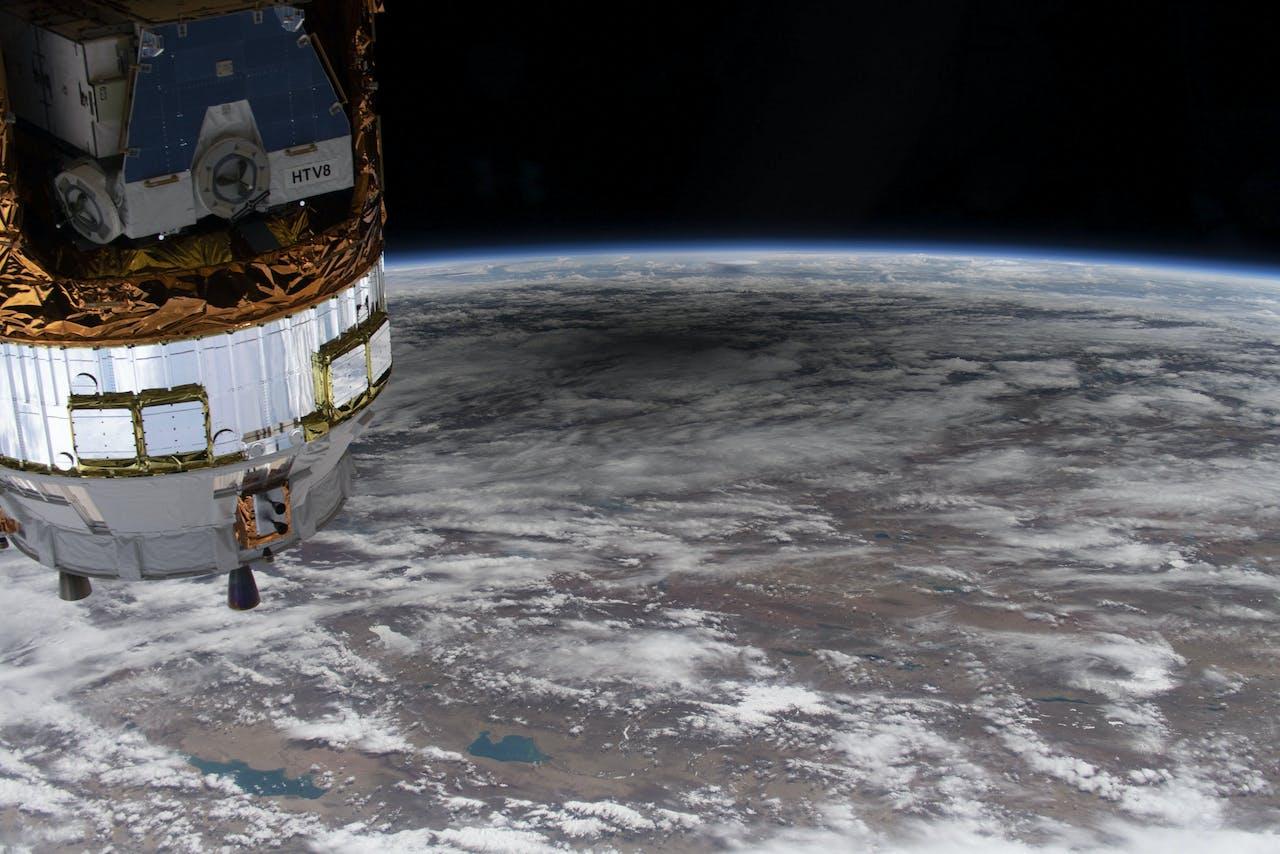 Het ISS boven aarde.