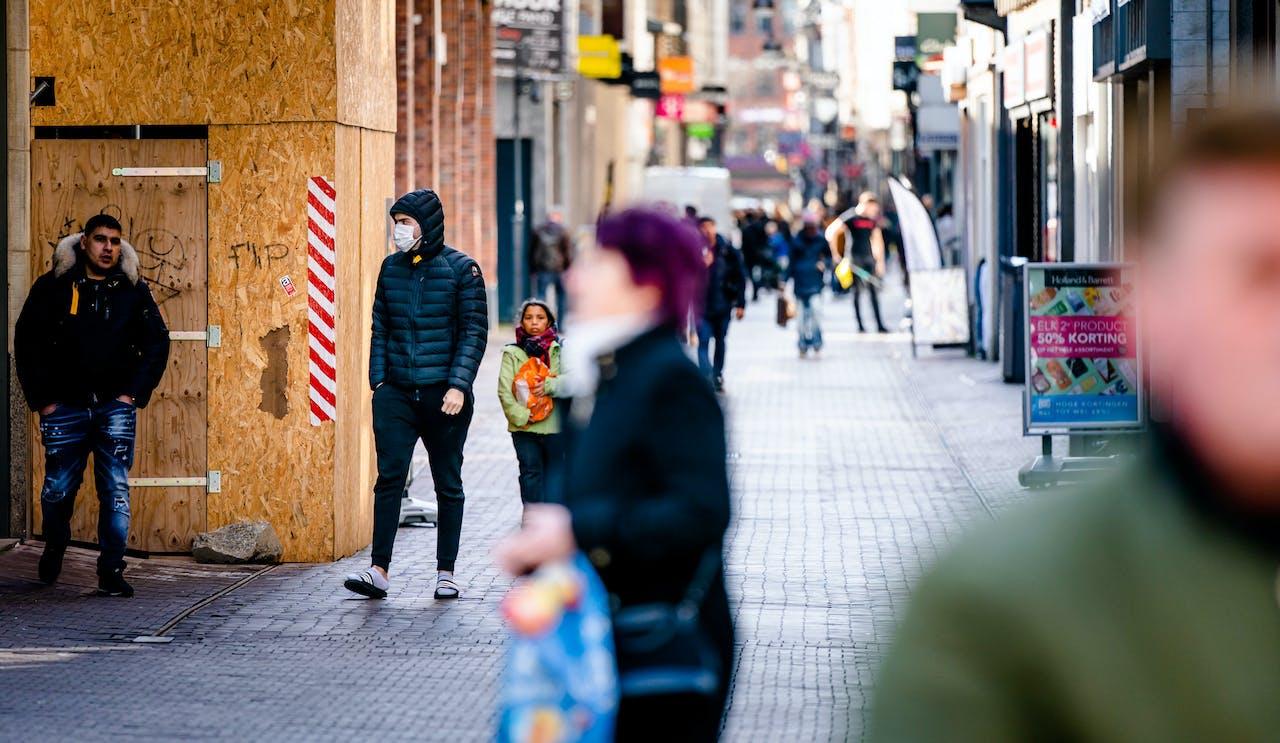 2020-03-17 13:13:23 DEN HAAG - Een man met een mondkapje in een rustige winkelstraat in Den Haag. ANP BART MAAT