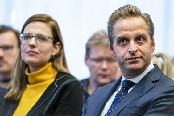 Els van Wijngaarden (Universiteit voor Humanistiek) en Minister Hugo de Jonge.