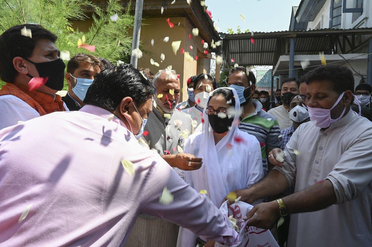 Activisten van de regeringspartij Bhartiya Janta Party (BJP) vieren dat de Kashmir-regio precies één jaar geleden zijn semi-onafhankelijke status verloor.