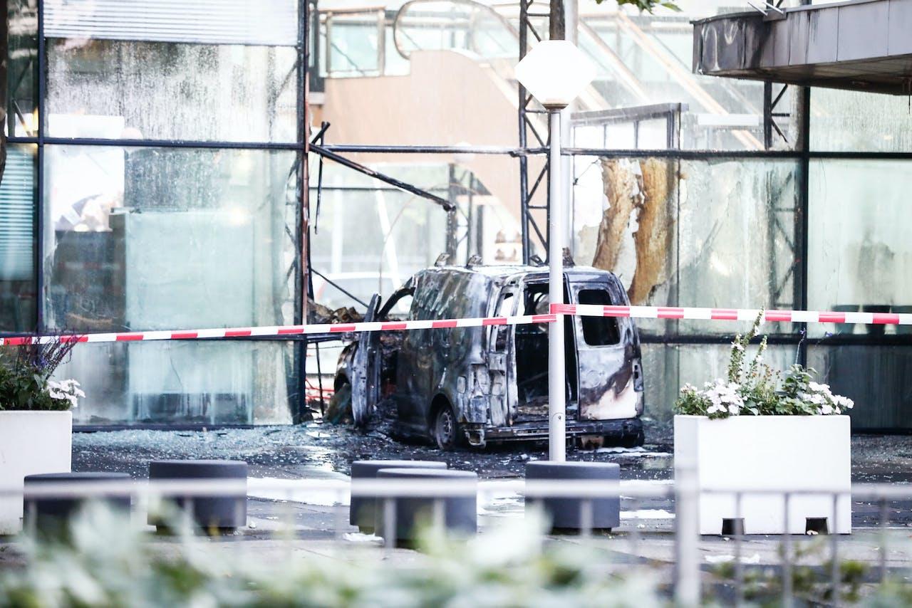 2018-06-26 04:20:24 AMSTERDAM - Een auto is de voorgevel van dagblad De Telegraaf binnengereden. Daarna is hij in brand gevlogen. ANP LAURENS BOSCH