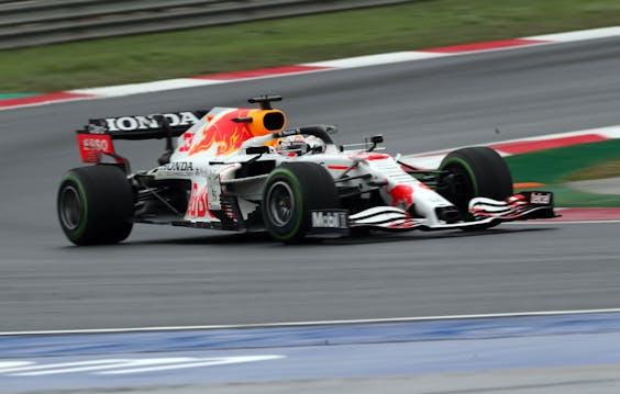 Max Verstappen in de speciale witte racewagen ter ere van Honda, de motorleverancier van Red Bull.
