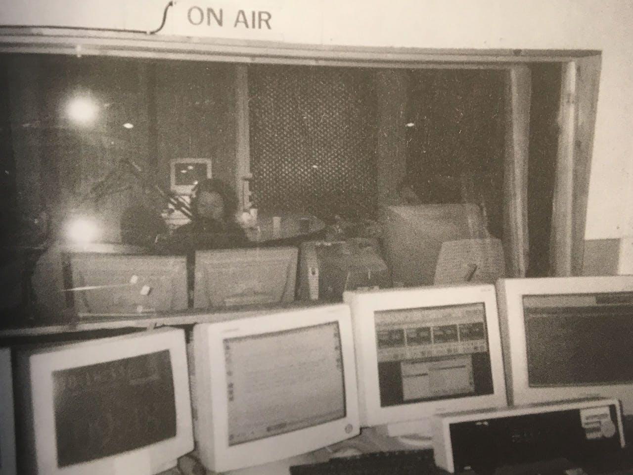 Studio 1 in de kelder van de Vondelstraat 13. Achter de microfoon Frederique de Jong, rechts Thijs Wolters.