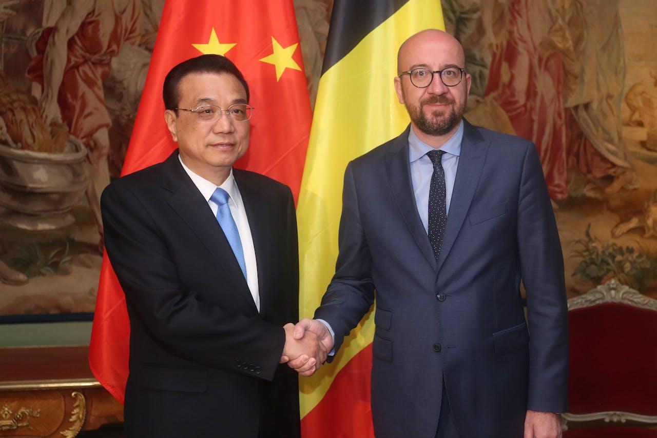 de Chinese premier Li Keqiang (L) ontmoet zijn Belgische ambtsgenoot Charles Michel Photo by BRUNO FAHY / BELGA / AFP) / Belgium OUT