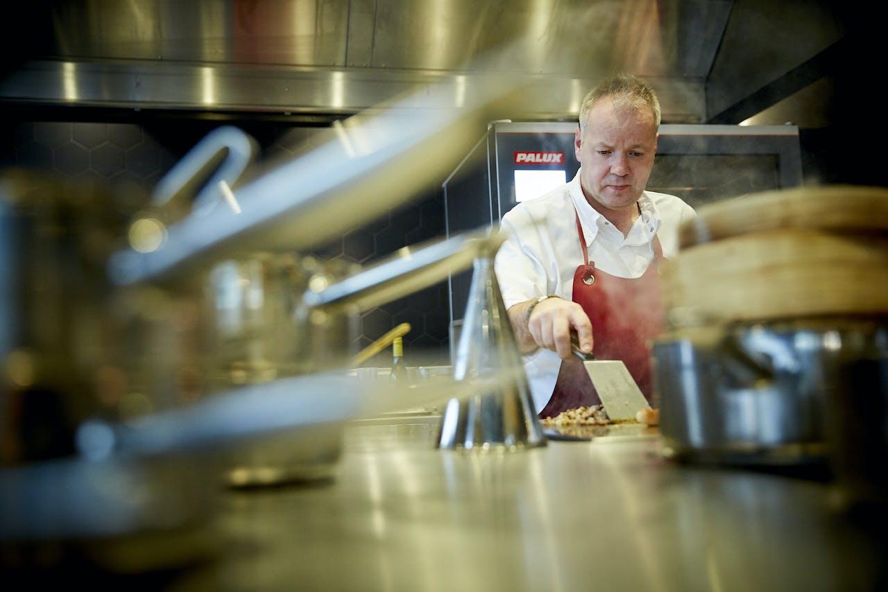 Chefkok Mario Ridder in zijn restaurant Joelia.