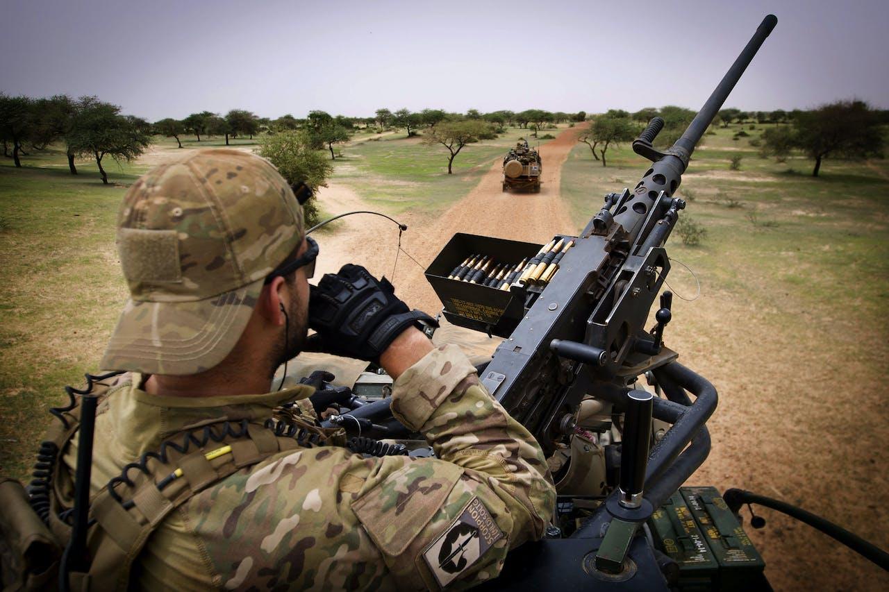 Een Nederlandse militair in Mali. Volgens het ministerie van Defensie zijn er geen Nederlanders onder de slachtoffers.