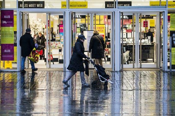 Ouderen in het straatbeeld in een winkelstraat in Enschede