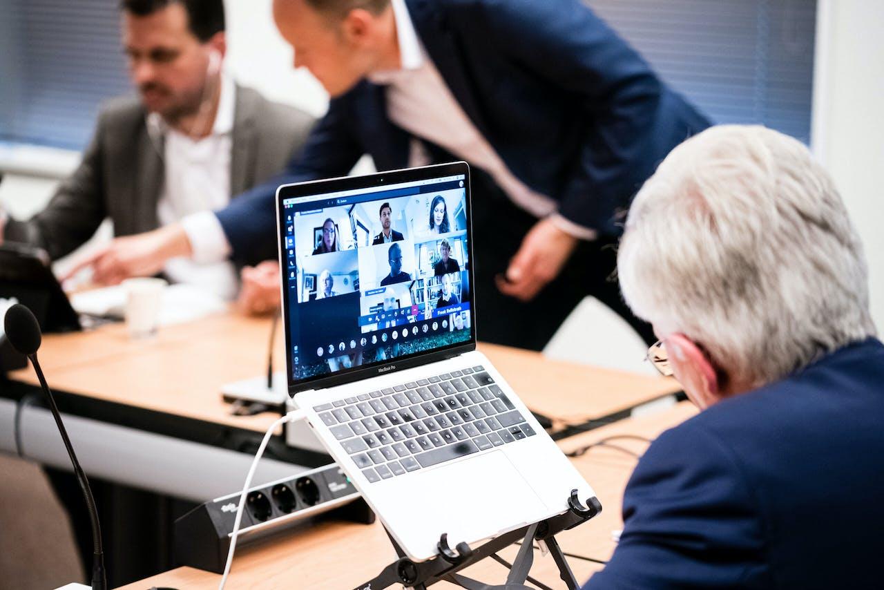Een videovergadering in de gemeenteraad van Tilburg.