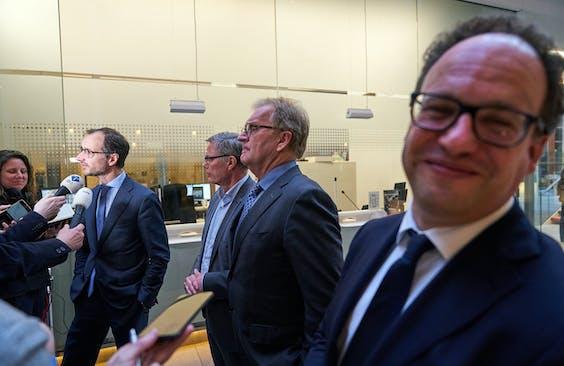 Eric Wiebes en Wouter Koolmees staan de pers te woord
