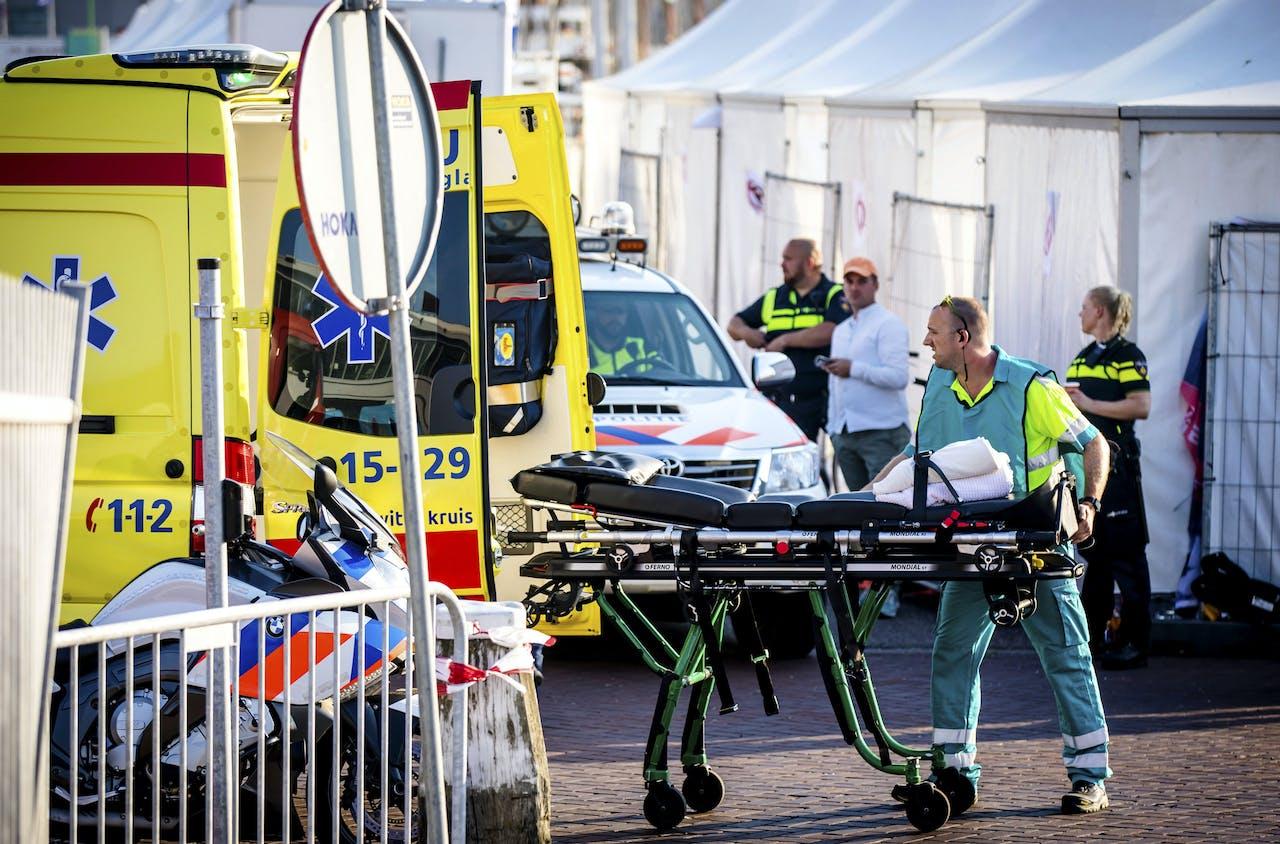 2018-06-28 20:00:44 SCHEVENINGEN - Hulpdiensten aan het werk in de haven van Scheveningen, waar een aanvaring tussen twee boten heeft plaatsgevonden. De botsing heeft zeker een opvarende het leven gekost. ANP BART MAAT