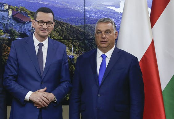 De Poolse premier Morawiecki (L) en de Hongaarse premier Orban (R)