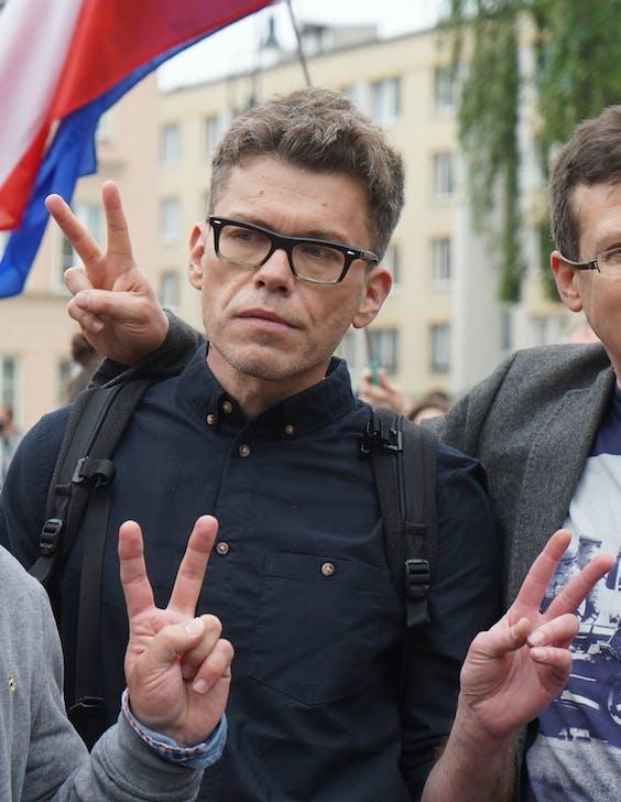 Rechter Igor Tuleya demonstreert voor de deur van Poolse Hogerrechtshof in Warschau.