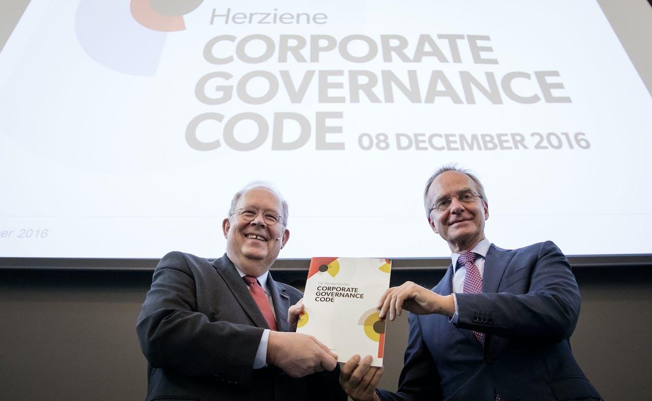 2016-12-08 10:21:16 DEN HAAG - Minister Henk Kamp van Economische Zaken (R) krijgt de Herziene Corporate Governance Code Jaap van Manen (L), voorzitter van de Monitoring Commissie Corporate Governance Code. ANP BART MAAT
