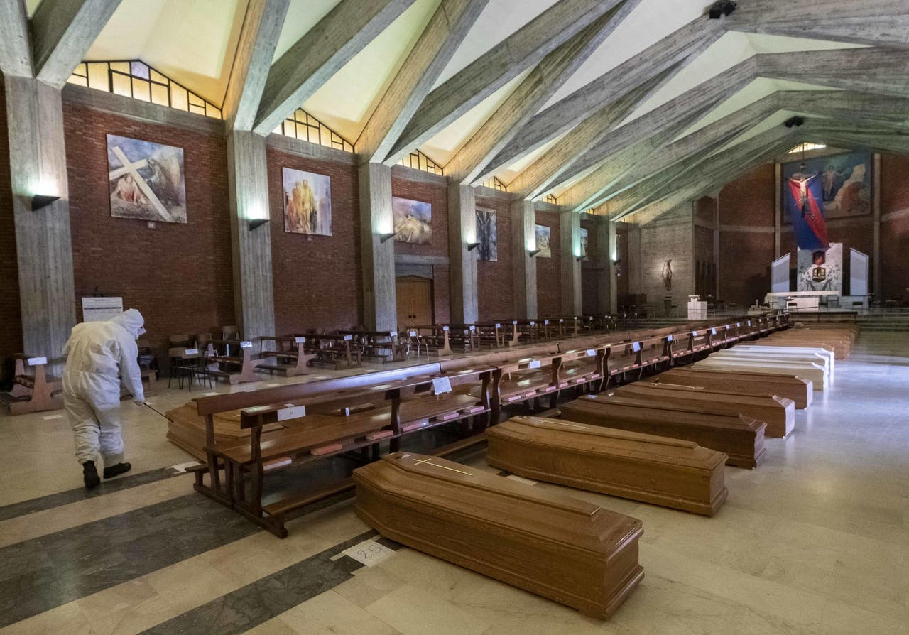 Een kerk in Bergamo die vol staat met kisten met daarin overleden comapatiënten. Bergamo is zeer zwaar getroffen door het virus en is hét schrikbeeld in deze crisis.