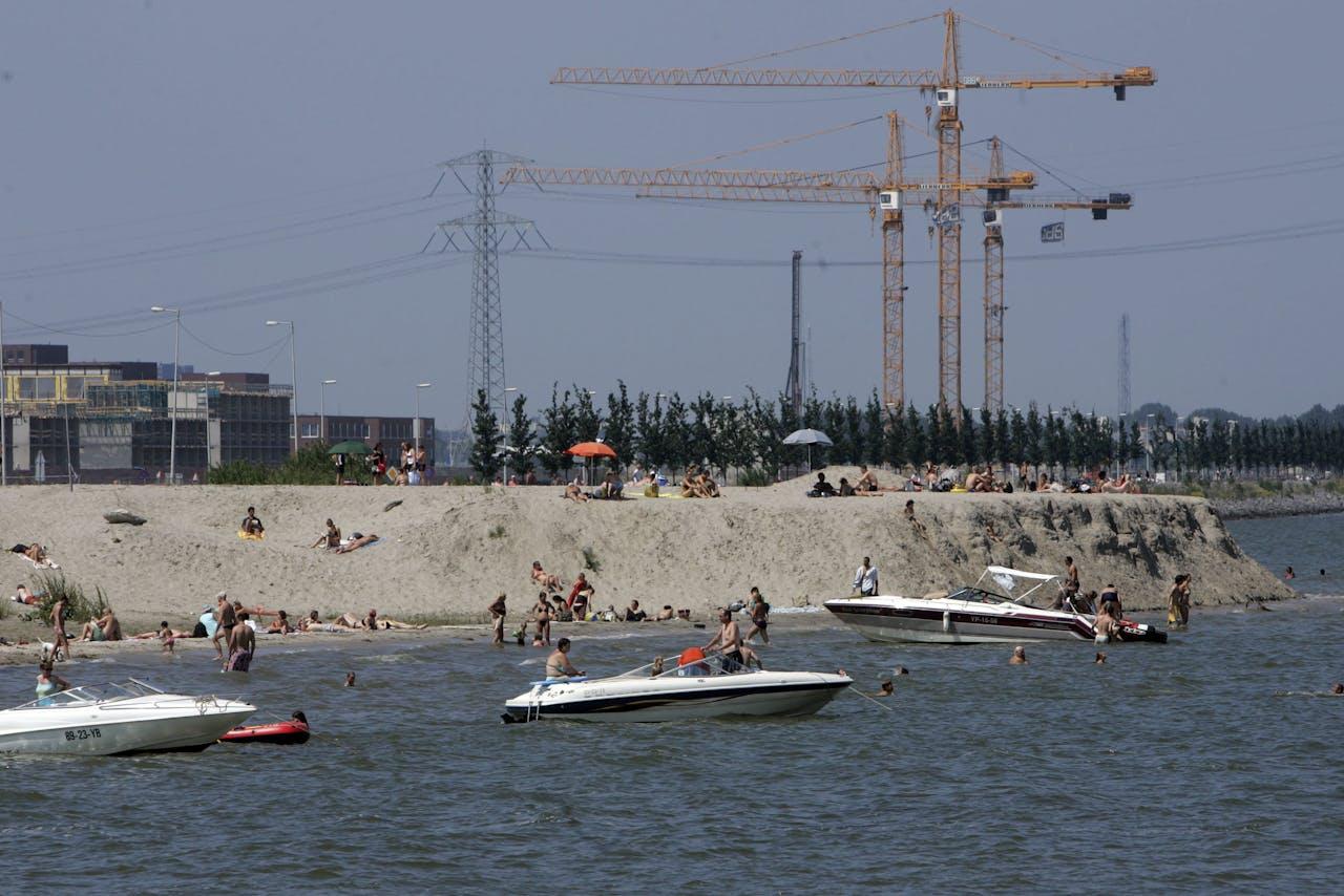 Amsterdam - Mensen recreeren op het gemaakte strand van Bijburg in de nieuwbouwwijk van IJburg. PHOTO ANP EVERT-JAN DANIELS