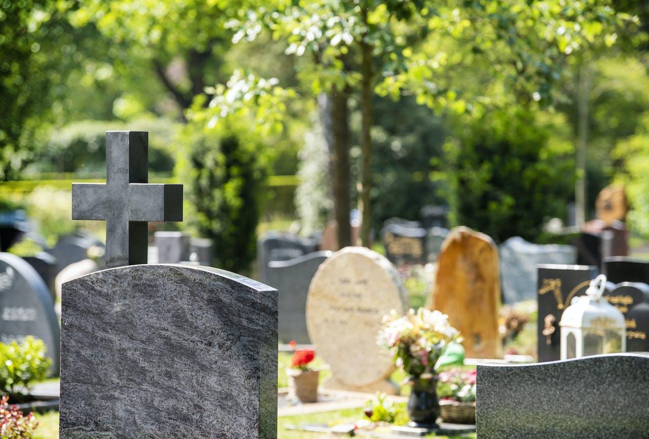 ILLUSTRATIE - Grafstenen op de begraafplaats van een uitvaartcentrum. ANP XTRA PIROSCHKA VAN DE WOUW