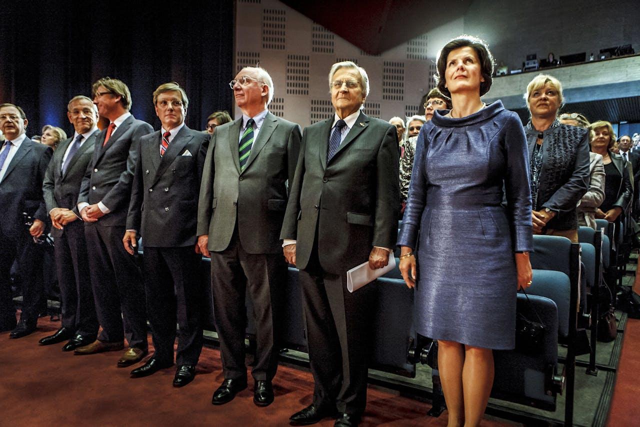 Rechts: Pauline van der Meer Mohr, ten tijde van de foto de voorzitter van de Raad van Bestuur van de EUR.