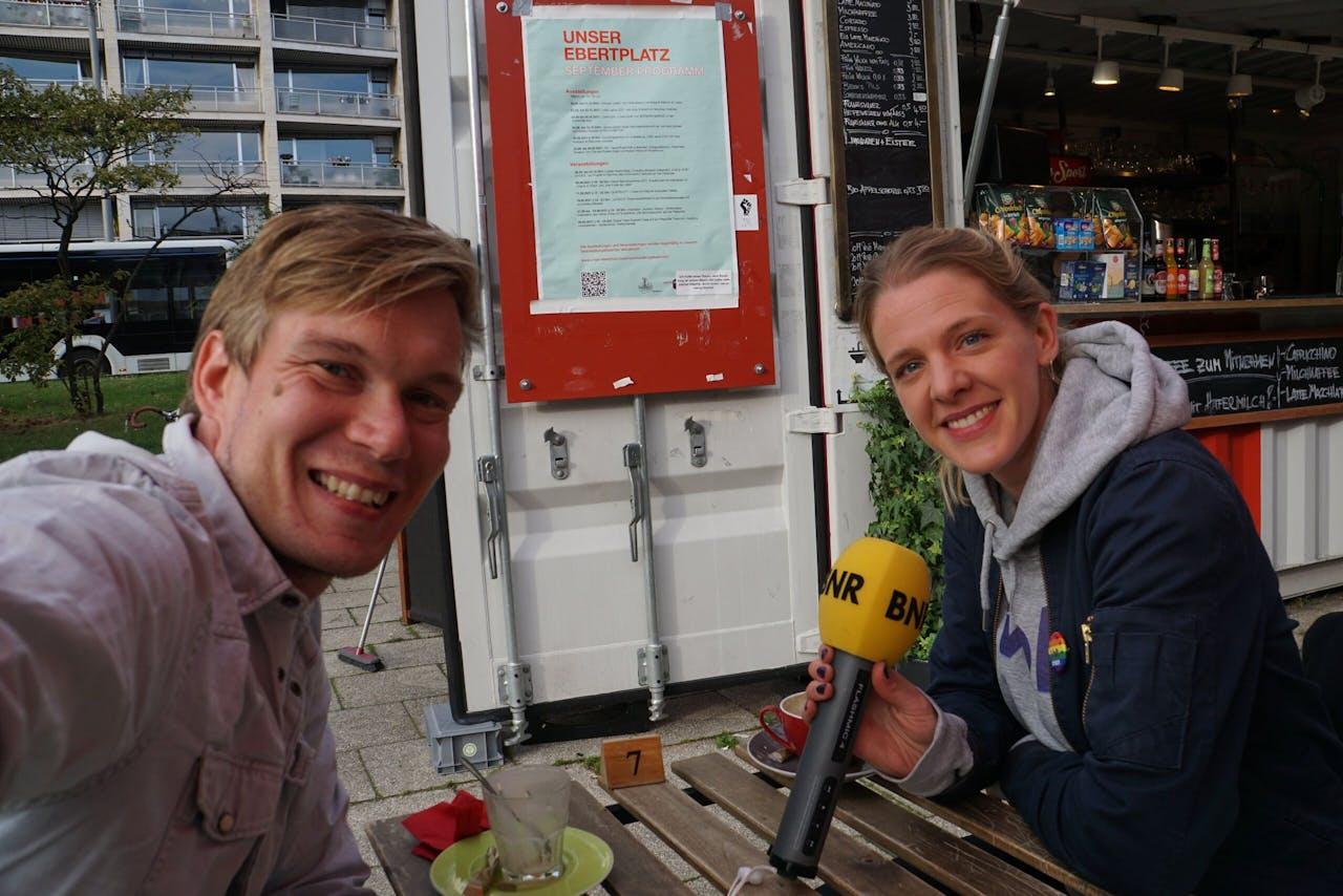 Rebekka Müller (Volt Duitsland) en Geert Jan Hahn op de Ebertplatz in Keulen.