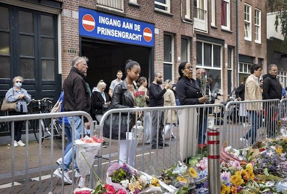 AMSTERDAM - Bloemenzee voor Peter R. de Vries achter in de Lange Leidsedwarsstraat in het centrum. De misdaadverslaggever is overleden nadat hij in de straat was neergeschoten.