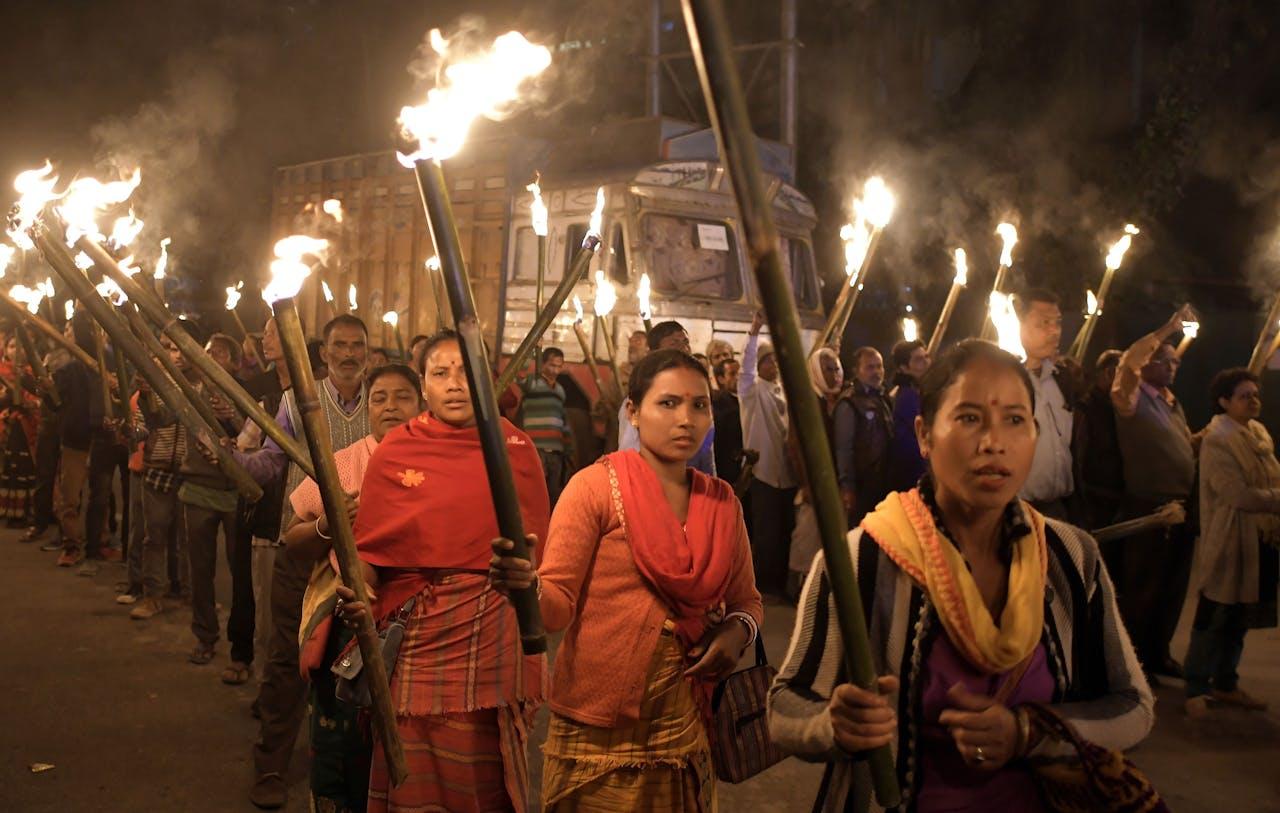 Leden van de Krishak Mukti Sangram Samiti (KMSS) protesteren tegen de Citizenship Amendment Bill 2016 (CAB) in Guwahati, Assam, India. De wet geeft Indiaas staatsburgerschap aan vluchtelingen uit de Hindoestaanse, jaïnistische, boeddhistische gemeenschappen, Sikhs, Parsi of christelijke gemeenschappen uit Afghanistan, Bangladesh en Pakistan. Moslims worden dus uitgesloten.