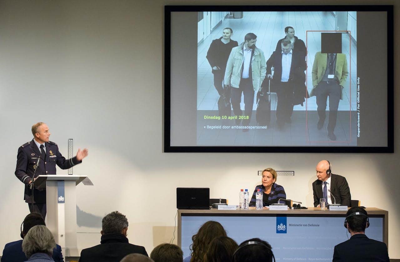 (VLNR) MIVD-hoofd Onno Eichelsheim, minister van Defensie Ank Bijleveld en de Britse ambassadeur Peter Wilson tijdens een persconferentie van de Nederlandse Militaire Inlichtingen- en Veiligheidsdienst.