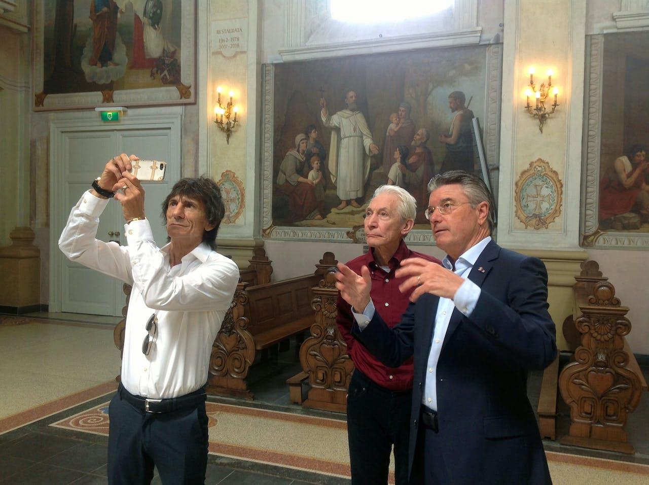 The Rolling Stones worden rondgeleid in de Barokkerk door Camille Oostwegel eigenaar Chateau St. Gerlach