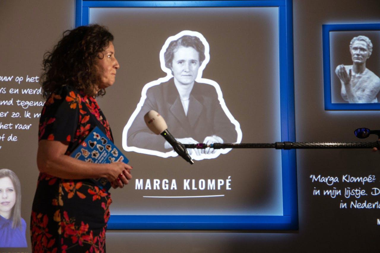 Minister Ingrid van Engelshoven (Onderwijs, Cultuur en Wetenschap) neemt in het Nederlands Openluchtmuseum de nieuwe Canon van Nederland in ontvangst.