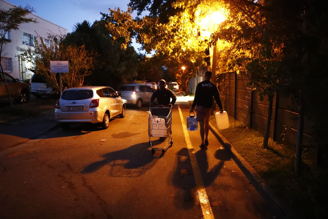 Inwoners van Kaapstad verzamelen water.