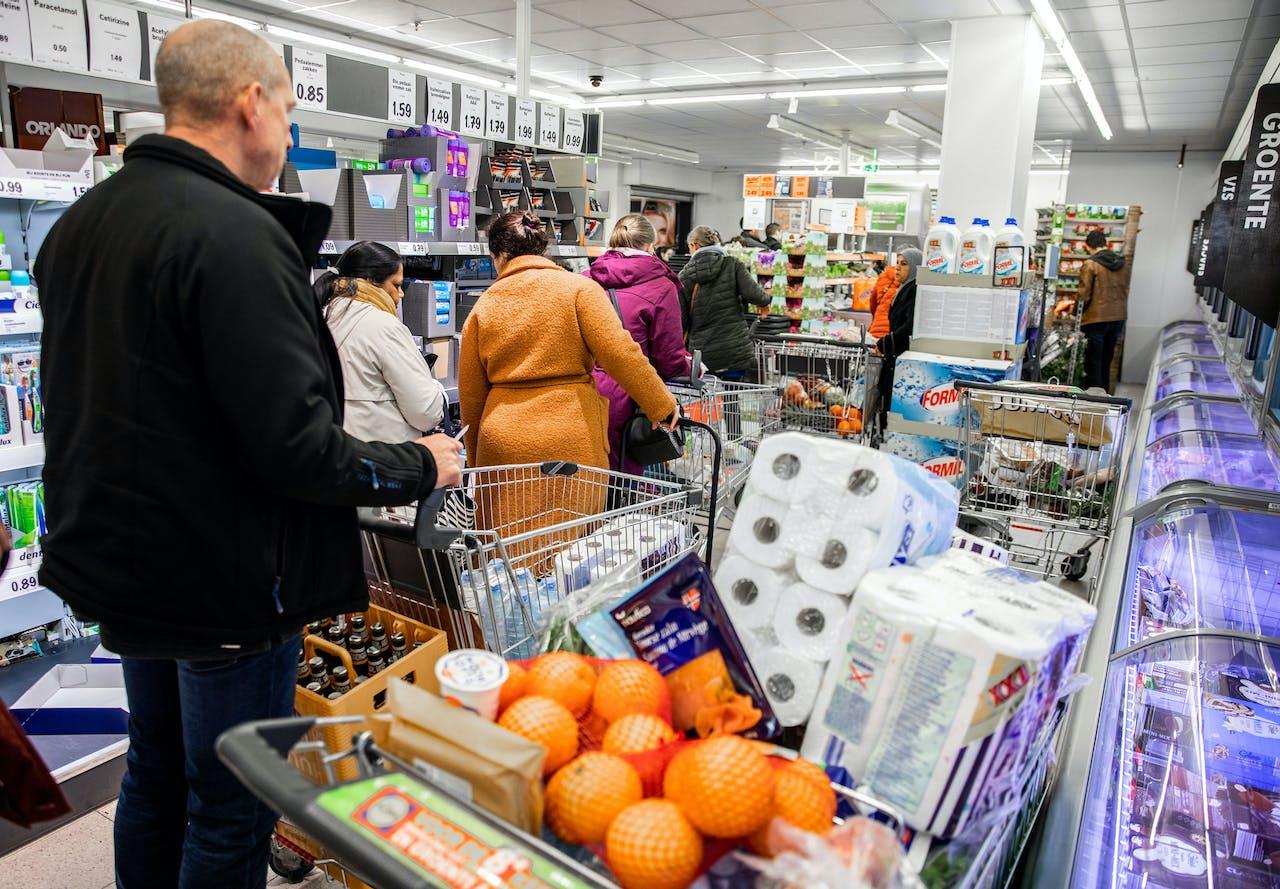 Klanten doen boodschappen bij de Lidl supermarkt in Dordrecht