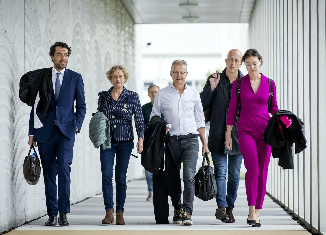 De advocaten arriveren voor de zitting met voorop in het midden Nico Meijering