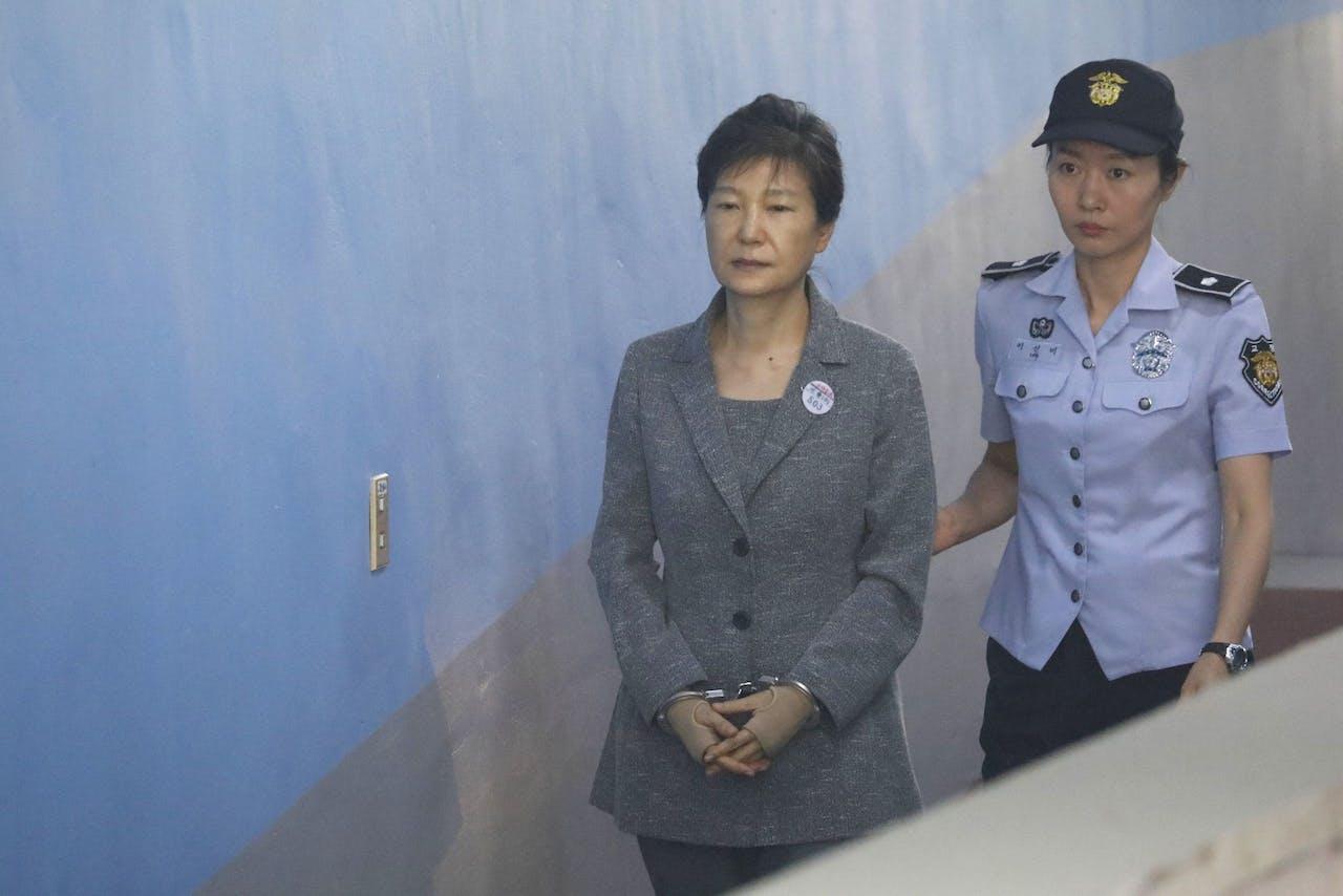 Voormalig president Park Geun-hye (L) buiten bij de rechtbank in Seoul op 25 Augustus 2017.