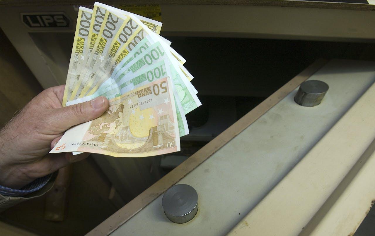 2008-10-09 00:00:00 HAARLEM - Geld in de kluis. ANP PHOTO XTRA KOEN SUYK
