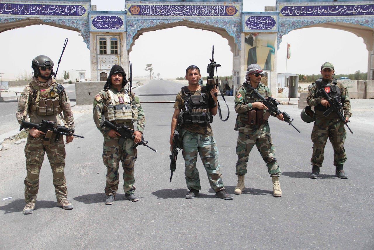 Militairen van het Afghaanse leger bewaken een checkpoint.